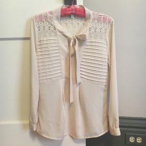 Lace tie-collar top